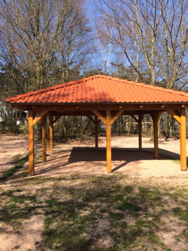 Grillhütte auf dem Rochusberg errichtet